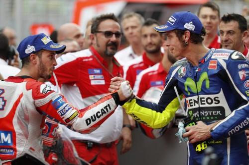 Rossi si congratula con Dovizioso nel parco chiuso di Sepang 2016 (AP)