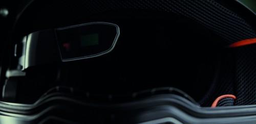 Il sistema Nolan N-Com ARX visto da fronte casco: sulla sinistra il vetrino della ealtà aumentata