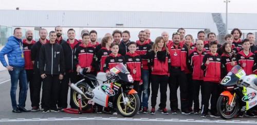 La squadra RMU Racing con, al centro, Ramona Gattamelati