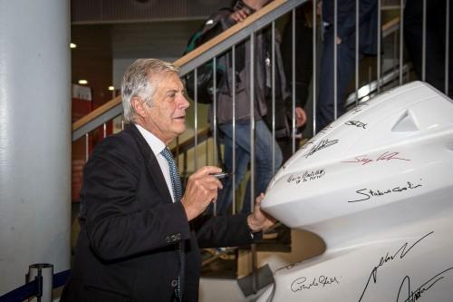 Giacomo Agostini firma la silouette esposta all'ingresso dell'EICMA a sostegno dell'iniziativa