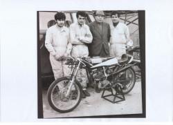 Aldo Guazzoni (con la giacca) in una foto d'epoca