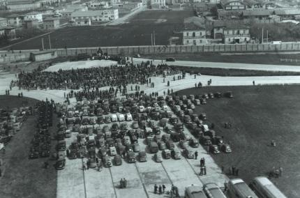 Un'immagine storica della benedizione dei motori a Modena