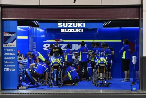 Una suggestiva immagine deil box Suziki durante i test in Qatar