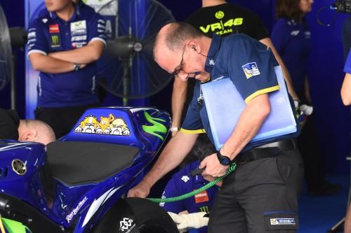 Un tecnico Michelin al Lavoro sulla Yamaha durante i test di Sepang