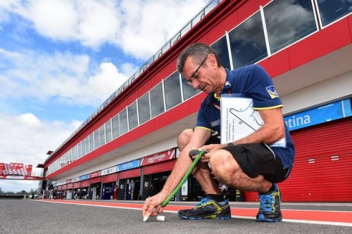 Un tecnico Michelin controlla la temperatura dell'asfalto in Argentina
