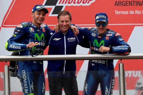 Da sinistra: Vale Rossi, Lin Jarvis e Maverick Vinales sul podio in Argentina 2017