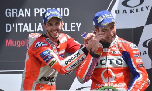 Mugello 2017, Dovizioso sul podio scherza con Danilo Petrucci in lacrime (Ansa)