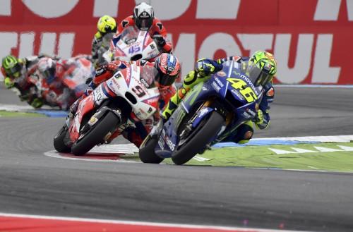 Moto GP Assen 2017: Valentino Rossi in testa alla gara seguito da Danilo Petrucci (AP)