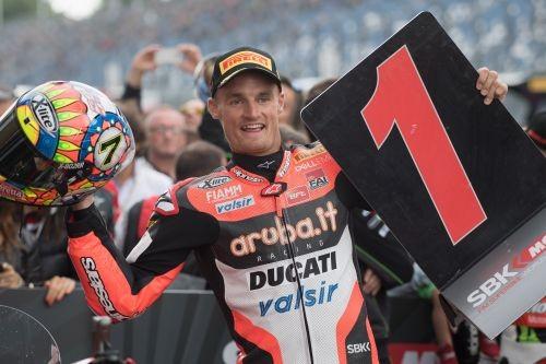 Chaz Davies celebra la vittoria in Superbaike a Lausitzring il 20 agosto scorso (Getty)