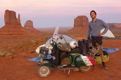 Ilario Lavarra fotografato a Monument-Valley durante il viaggio precedente