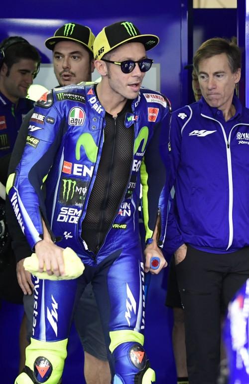 Valentino Rossicon le stampelle si appresta al primo turno di prove libere ad Aragon 2017 (AFP)