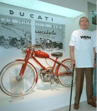 Fabio Taglioni, accanti al Cucciolo, all' inaugurazione del museo storico Ducati (ansa)