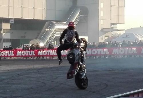 Uno stuntman in azione nell'area A del Motor Bike di Verona