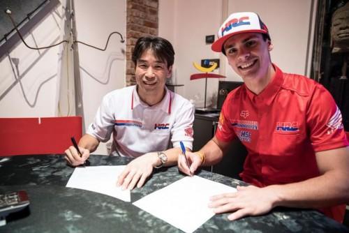 Tim Gajser alla firma del contratto che lo lega fino al 2018 con la Honda