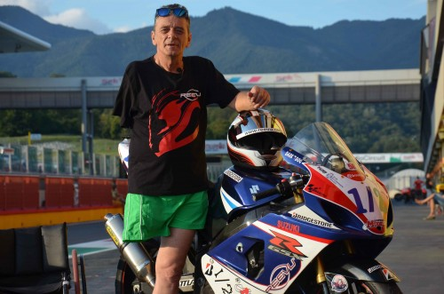 Alan Kempster accanto a una delle sue moto speciali