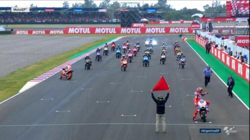L'irregolare partenza di Marquez che spinge sulla sinistra la moto contromano a Termas de Rio Hondo (8/04/2018 da tv)