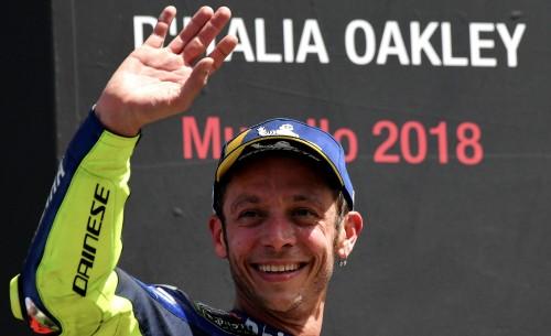 Valentino Rossi saluta il pubblico dopo la gara del Mugello (AFP)