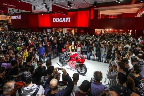 L'assalto del pubblico di EICMA 2018 allo stand Ducati con la Panigale V4