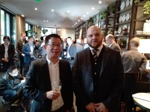 Mr Chen Huaneng (a sinistra) con l'ingegner Massimo Gustato mente tecnica di Moto Morini