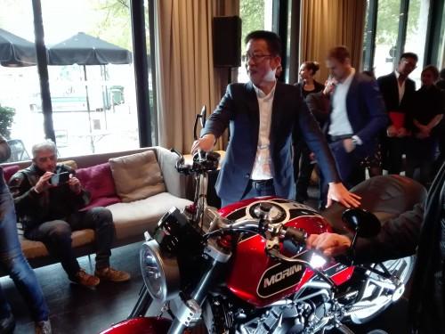Mr Chen Huaneng accanto alla Moto Morini Milano limited edition