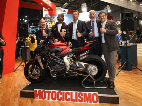 La premiazione della MV Agusta 1000 Serie Oro (con a destra nella foto) il direttore di Motociclismo Federico Aliverti