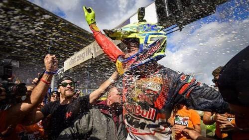 Toni Cairoli festeggia la conquista del nono titolo mondiale nel 2017 ad Assen
