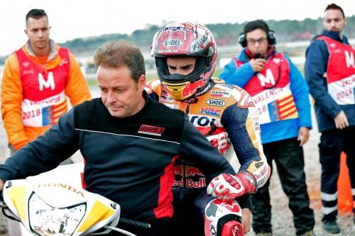Marc Marquez lascia il circuito dopo la caduta in prova. Sotto il casco la smorfia di dolore per la lussazione alla spalla (EPA)