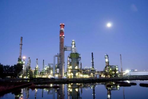 Una moderna raffineria di petrolio