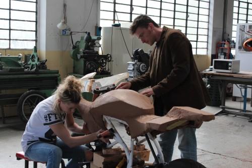 Angel Lussiana al lavoro nel suo atelier