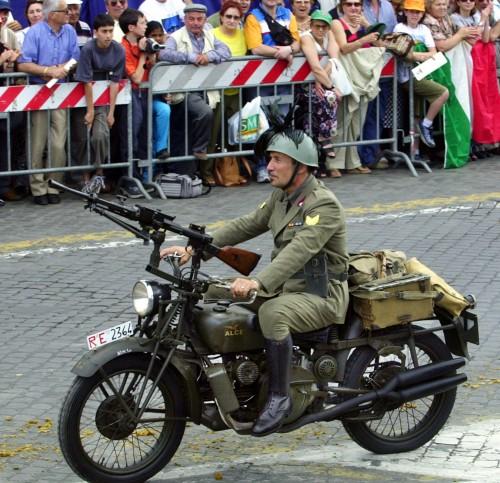 Alce Guzzi con mitragliatrice alla parata del 2 giugno (AP/Sambucetti)