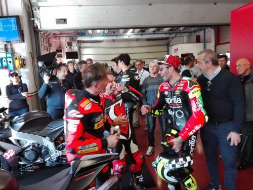 Sorrisi ai box:. Da sinistra Alex Gramigni, Loris Capirossi e Andrea Iannone
