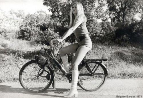 Brigitte Bardot in sella al mitico Solex
