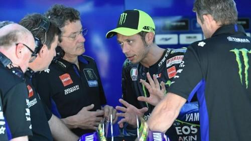 Valentino Rossi a confronto con i suoi tecnici nel box Yamaha