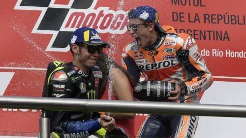 Valentino Rossi sul podio in Argentina con Marc Marquez