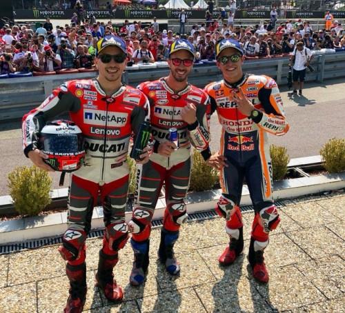 Brno 2018: Dovizioso (al centro) vince su Lorenzo e Marquez (a destra)