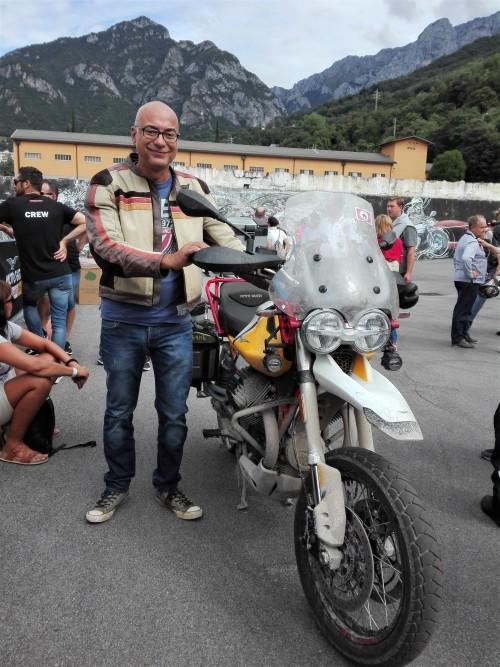 Andrea Greco accanto alla Moto Guzzi V 85 TT compagna del viaggio in Armenia