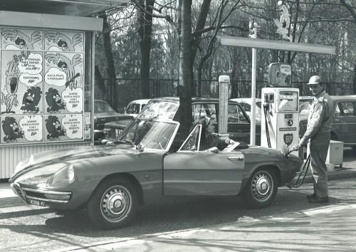 """I tempi della super, la benzina """"rossa"""" alla fine degli anni '60"""
