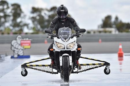Una fase dei test di omologazione dei motocicli