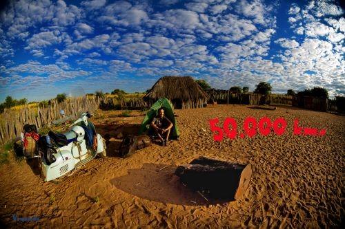 Tenda, sabbia, la fidata Vespa e il tifo in agguato: Lavarra in Angola