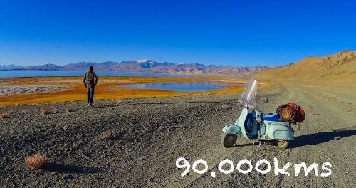"Ilario Lavarra con la fidata Vespa ""Ardimentosa"" durante una sosta in Tagikistan"