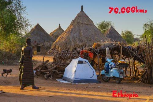 Ilario Lavarra e la sua Vespa ospitati in un villaggio dell'Etiopia