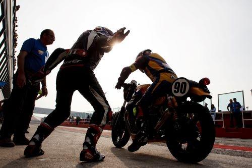 Cambio pilota in pit lane durante il Moto Guzzi Fast Endurance 2019