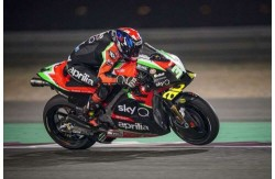 Bradley Smith impegnato con la nuova Aprilia nei test in Qatar