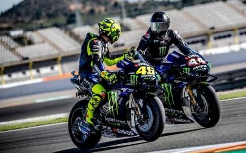 Valentino Rossi e Lewis Hamilton sulla Yamaha nel 2019 a Valencia