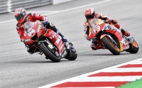 Il sorpasso di Dovizioso du Marquez all'uktima curva del GP d'Austria 2019 dopo un tentativo di Marquez al limite della fisica