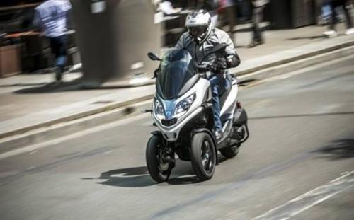 Lo scooter a 3 ruote Piaggio MP3 Hpe 300: via libera in autostrada