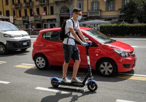 Monopattino in una situazione difficile in città: l'auto è troppo vicina