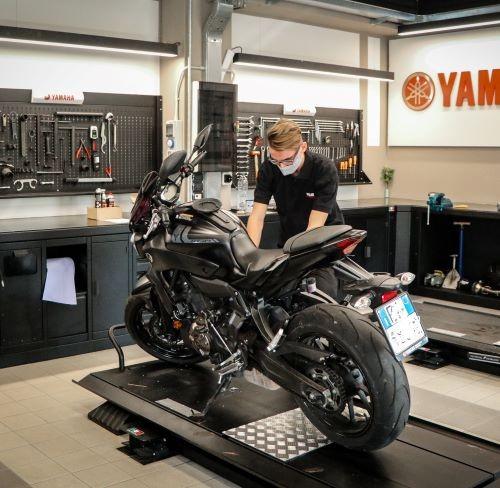 Marco Crippa al lavoro presso un dealer Yamaha grazie all'intesa tra la fabbrica di moto e i Salesiani di Sesto