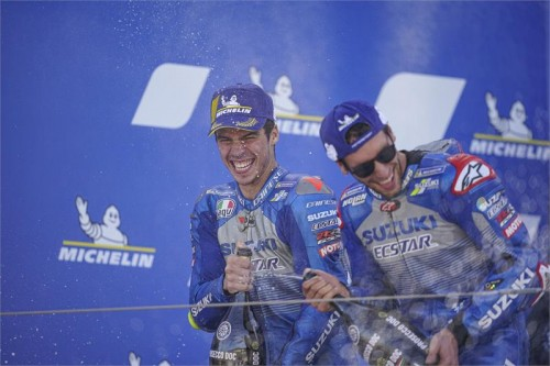 Da sinistra: Joan Mor e Alex Rins. I due alfieri Suzuki sul podio di Aragon 2020