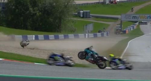 Austria 2020 La moto di Morbidelli dopo l'incidente sfiora quella di Valentino Rossi.